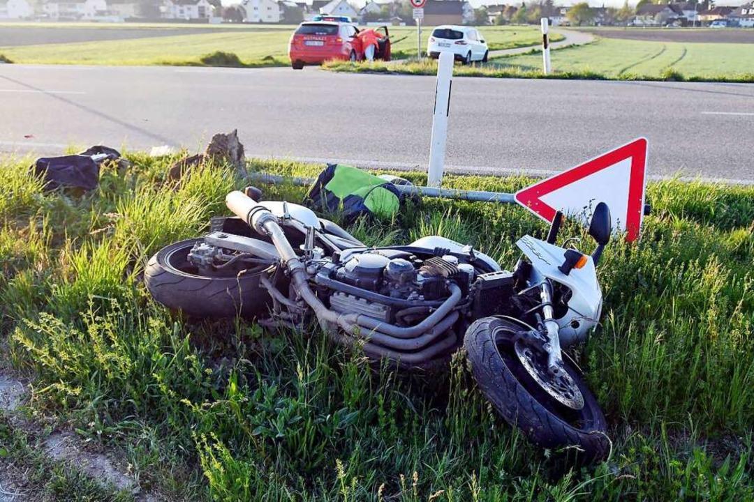 Der Fahrer und der Sozius des Motorrad...tzt ins Klinikum Lahr gebracht werden.  | Foto: Wolfgang Künstle