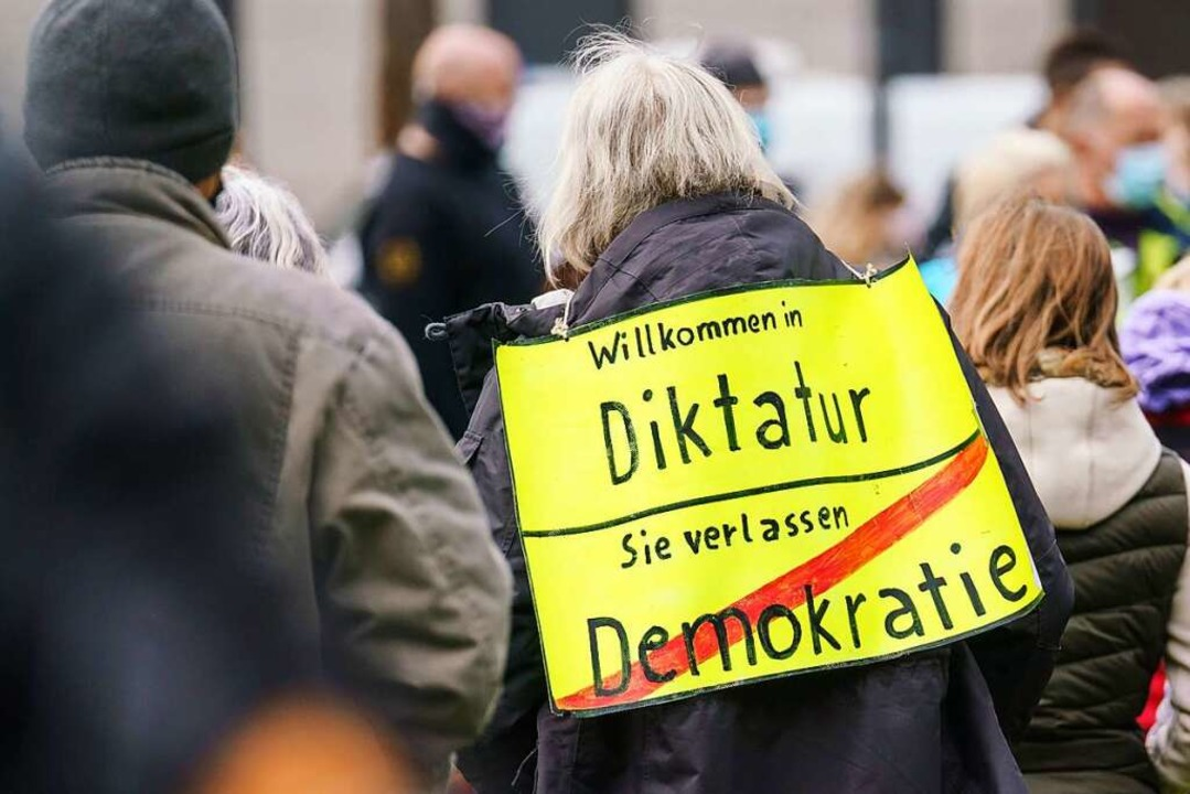 "Verfassungsschutz beobachtet Gruppieru...der ""Querdenker""-Bewegung.    Foto: Frank Rumpenhorst (dpa)"