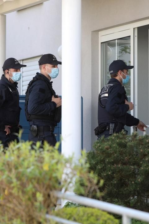 Die Polizei geht von Haus zu Haus.    Foto: Christoph Breithaupt