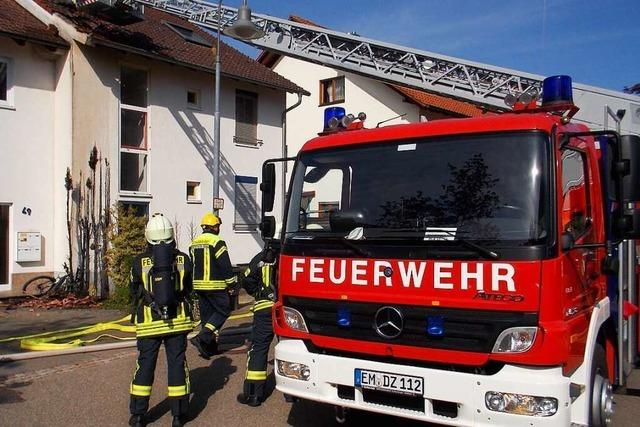Brennende Hecke löst Dachstuhlbrand aus – Denzlinger Wehr verhindert Schlimmeres