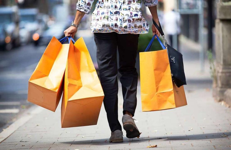 Das Ziel ist es, wieder mehr Kunden in die Geschäfte zu locken.  | Foto: Martin Gerten (dpa)