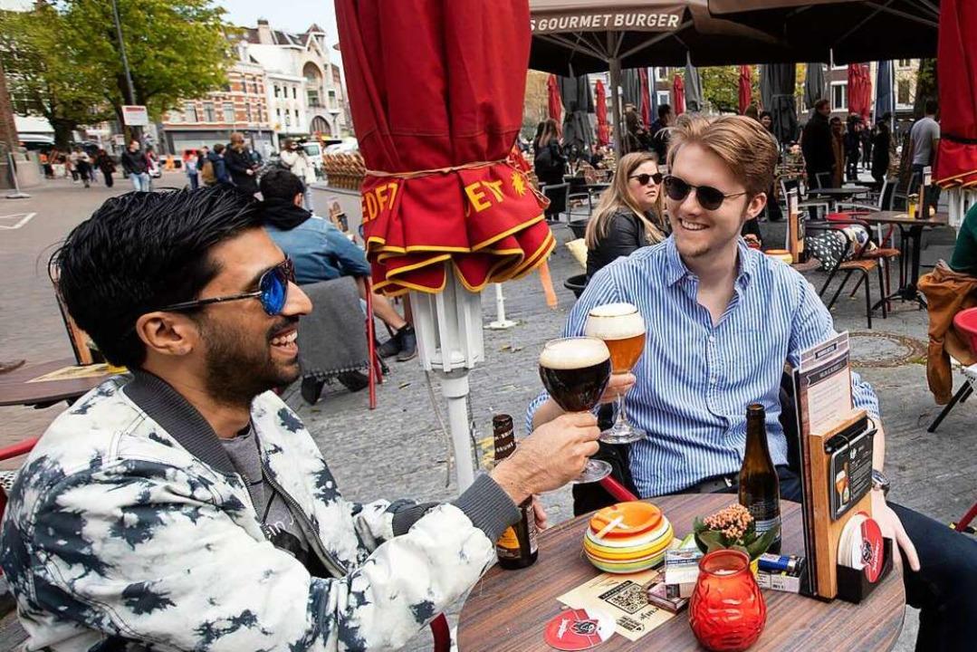In den Niederlande öffnen die Terrasse...rotz anhaltend hoher Infektionszahlen.  | Foto: Peter Dejong (dpa)