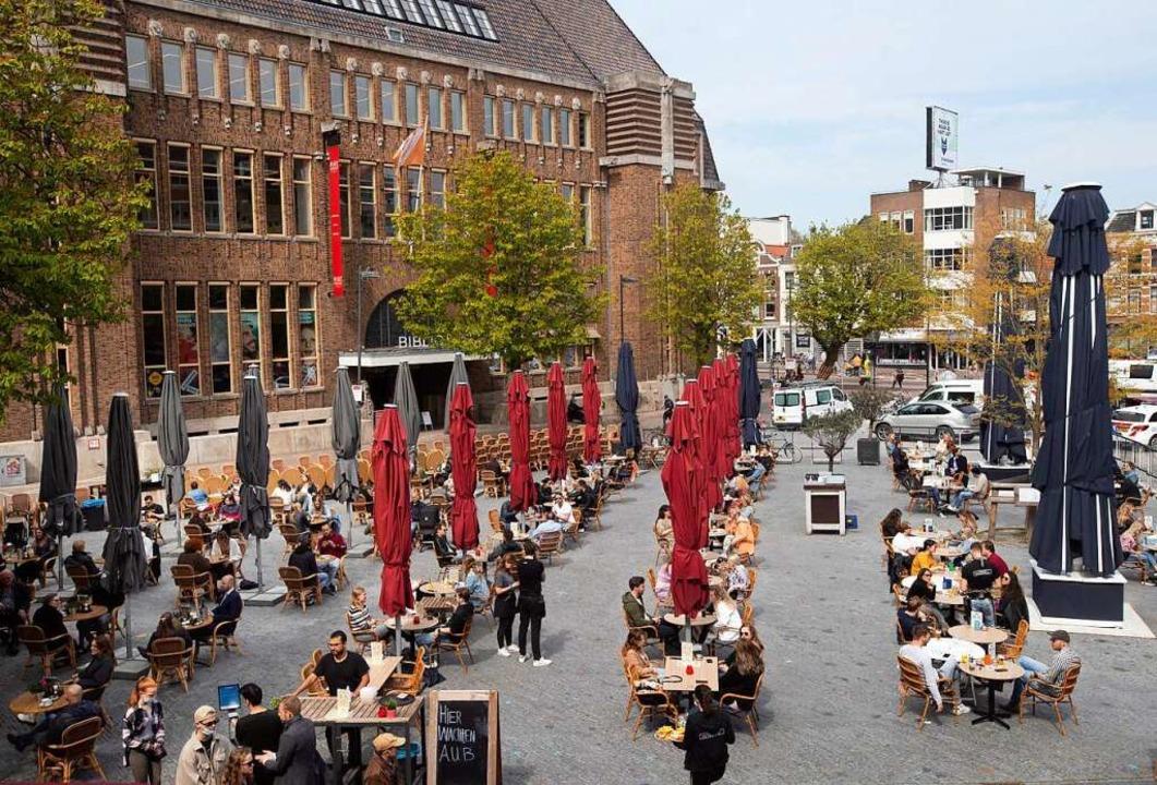 Gäste in Utrecht stehen Schlange, um i...rteilten Terrassentischen einzunehmen.  | Foto: Peter Dejong (dpa)