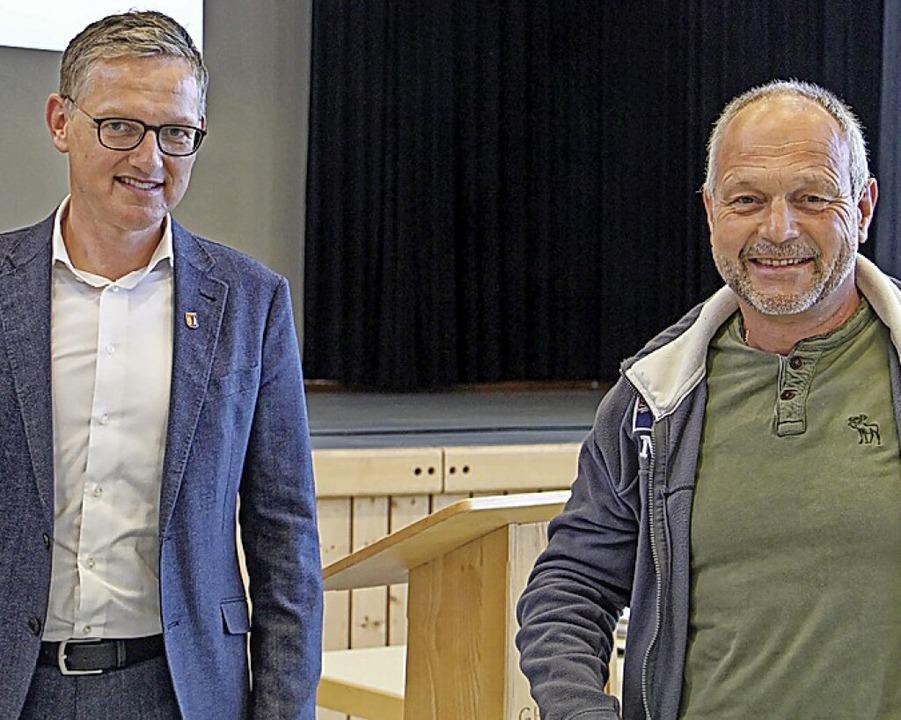 Für 50-maliges Blutspenden ehrte Bürge...er (l.) Jürgen Hüttner im Gemeinderat.    Foto: Ruth Seitz