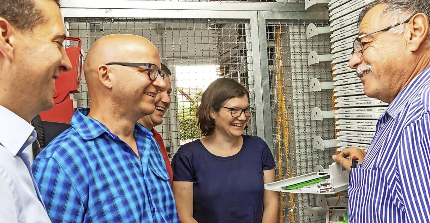 Stefan Bernauer (rechts), Breitbandbea...inderäten die kommunizierende Technik.  | Foto: Wilfried Dieckmann