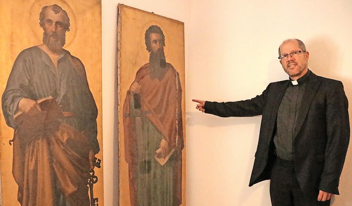 Diese beiden Gemälde der Kirchenpatron...Restaurierung fehlt momentan das Geld.  | Foto: Martha Weishaar