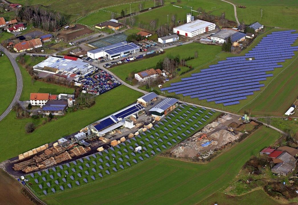 Östlich dieser beiden Solarparks in Hä...nhalb  Hektar große Anlage entstehen.   | Foto: Erich Meyer