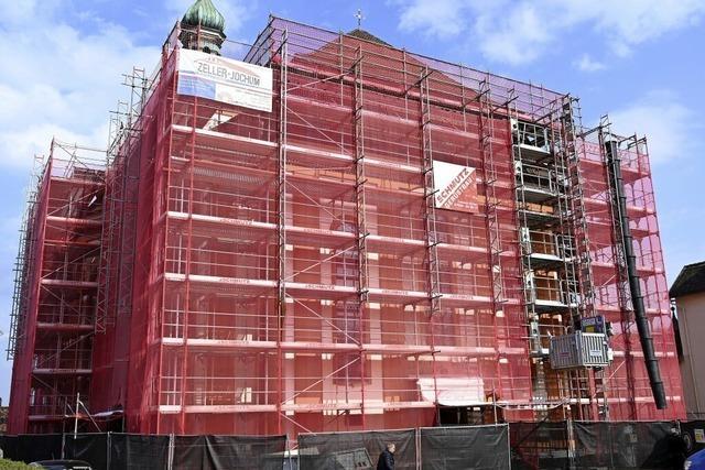 Rot verhülltes Gotteshaus