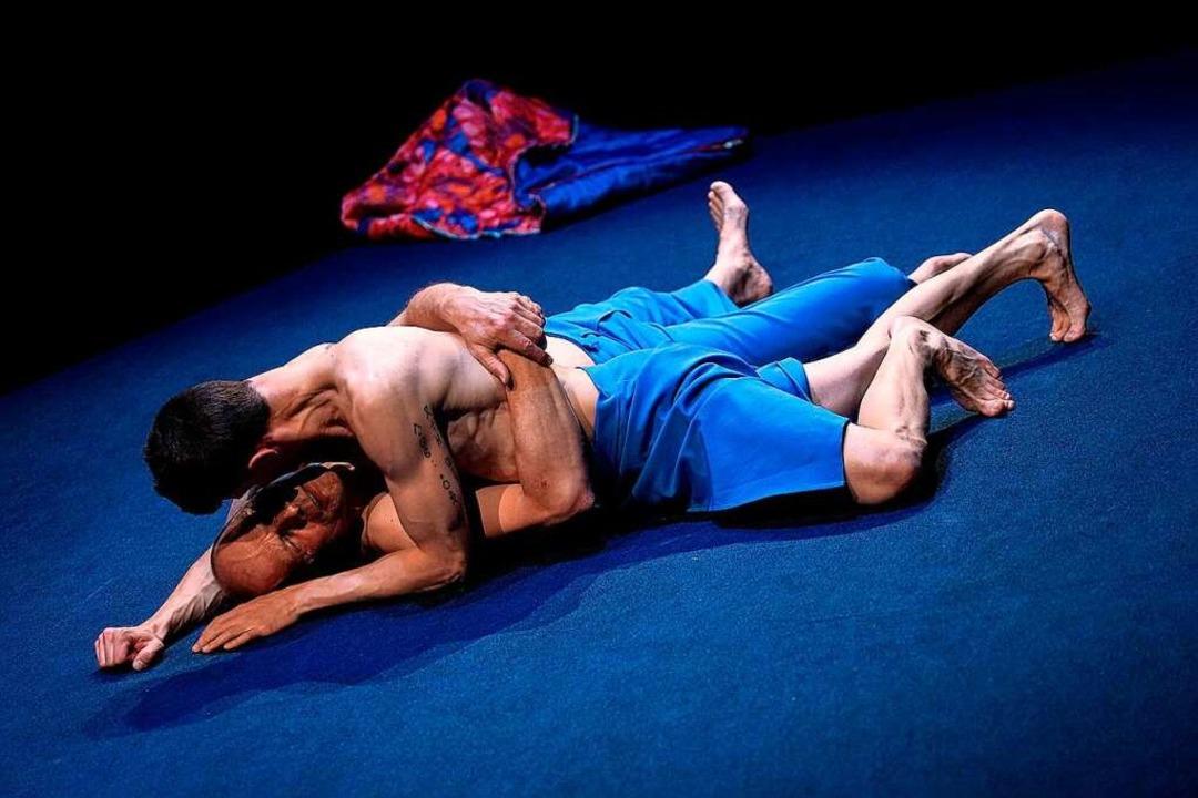 Zärtlichkeit: Michael Schmitter und Salim Ben Mammar    Foto: Maurice Korbel