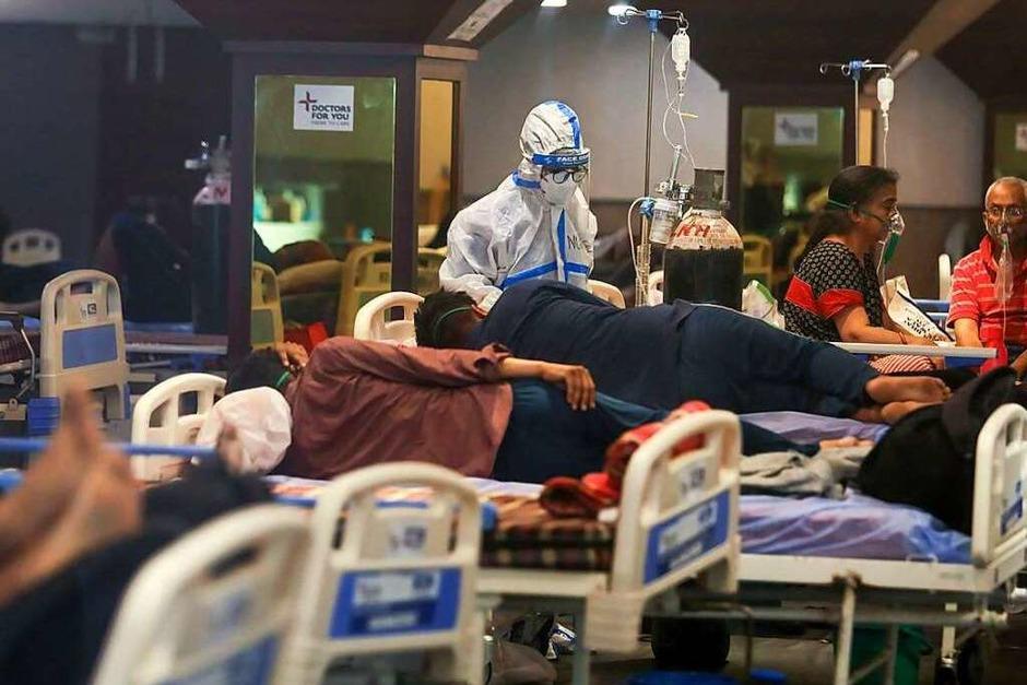 Indien befindet sich im Ausnahmezustand: Überfüllte Krankenhäuser lehnen Patienten ab, Hinterbliebene müssen ihre Angehörigen selbst einäschern. In vielen Orten ist der medizinische Sauerstoff ausgegangen. (Foto: Naveen Sharma (dpa))
