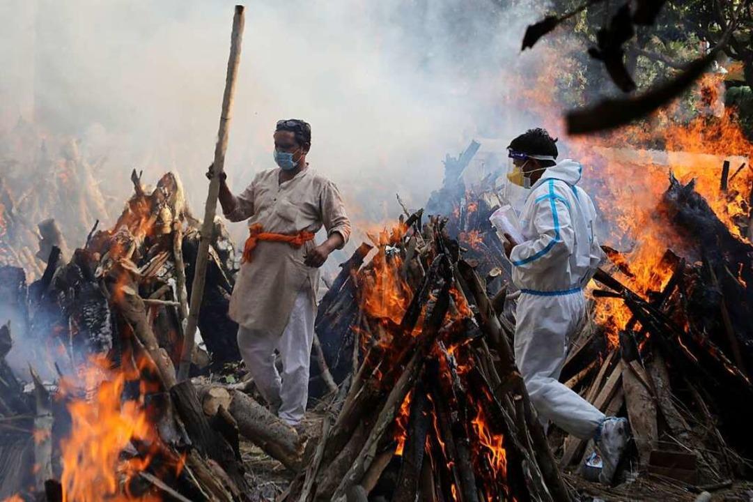 In Neu-Delhi werden Opfer des Coronavirus unter freiem Himmel verbrannt.    Foto: Naveen Sharma (dpa)