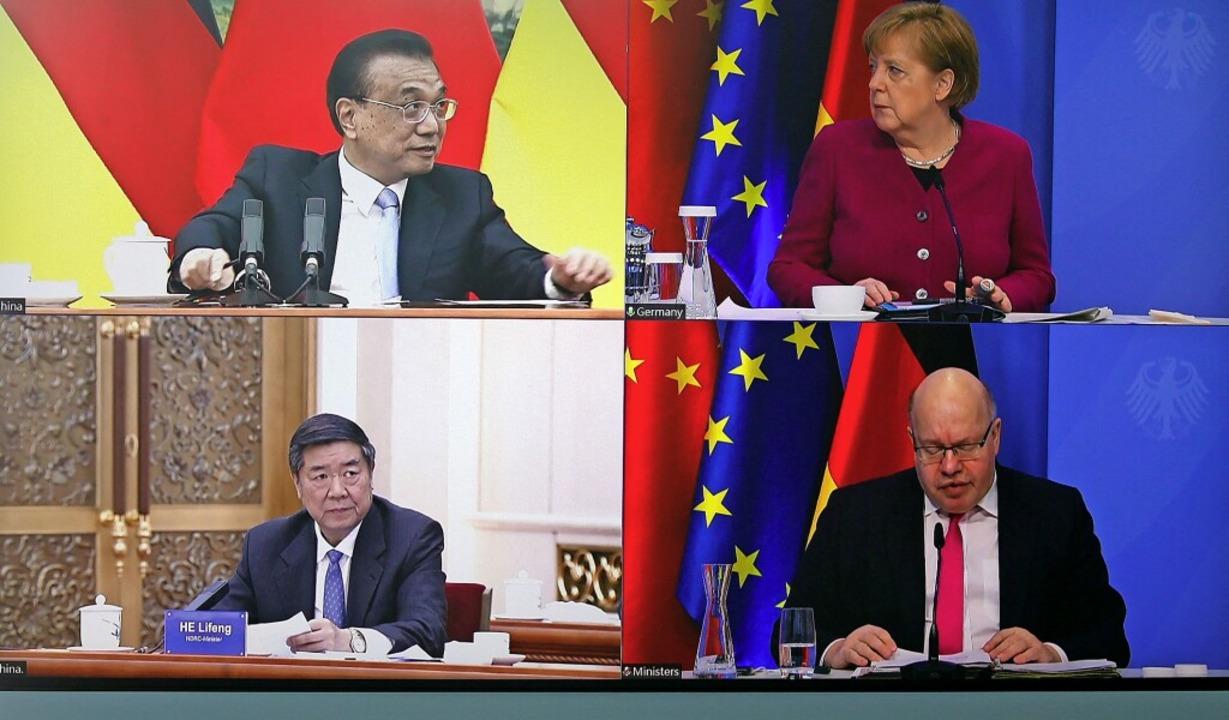 Trafen sich am Bildschirm: Chinas Prem...wicklung und Reform Chinas, He Lifeng.  | Foto: MICHELE TANTUSSI (AFP)