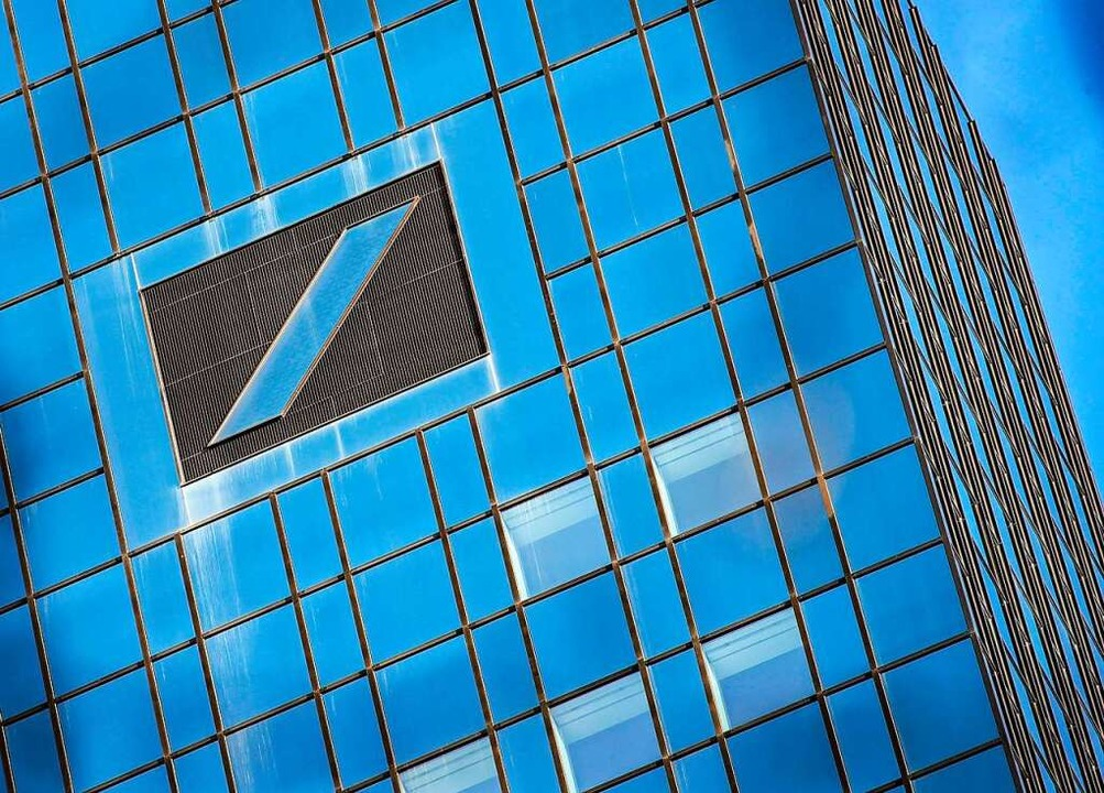 Steht wieder für Gewinn: das Logo der ...n Bank auf ihrer Zentrale in Frankfurt    Foto: ARMANDO BABANI (AFP)