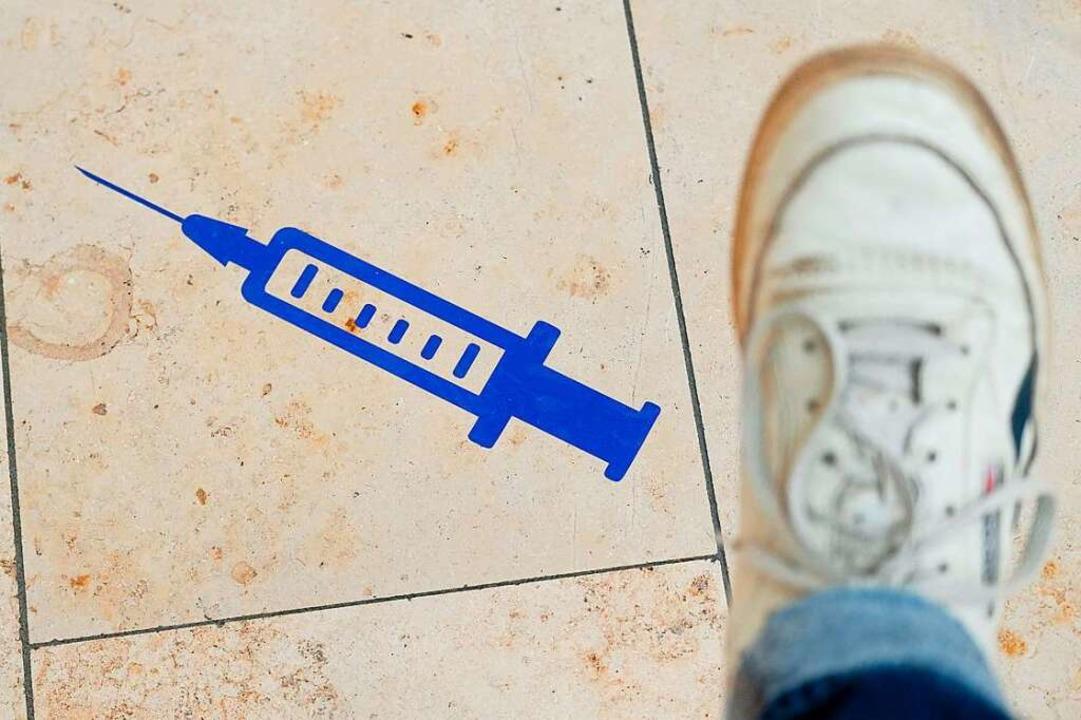 Wer seinen Impftermin für eine Corona-...ann ihn eine andere Person wahrnehmen.  | Foto: Sebastian Willnow (dpa)