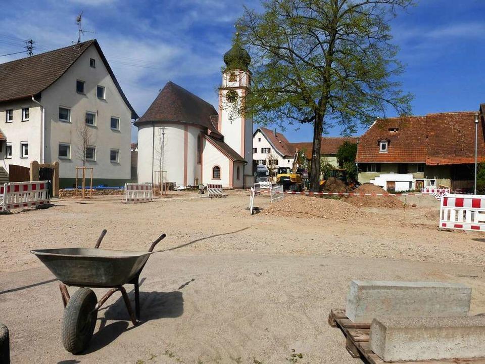 Derzeit noch Baustelle, bald neu gesta...telpunkt: der Dorfplatz in Offnadingen    Foto: Andrea Gallien