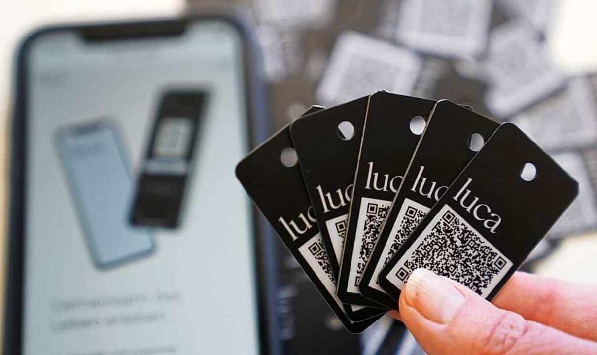 Als analoge Variante zur Luca-App gibt es auch Schlüsselanhänger.    Foto: Marcus Brandt (dpa)