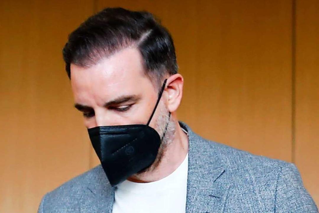 Der ehemalige Fußball-Nationalspieler ...ung von Kinderpornografie vor Gericht.  | Foto: WOLFGANG RATTAY (AFP)