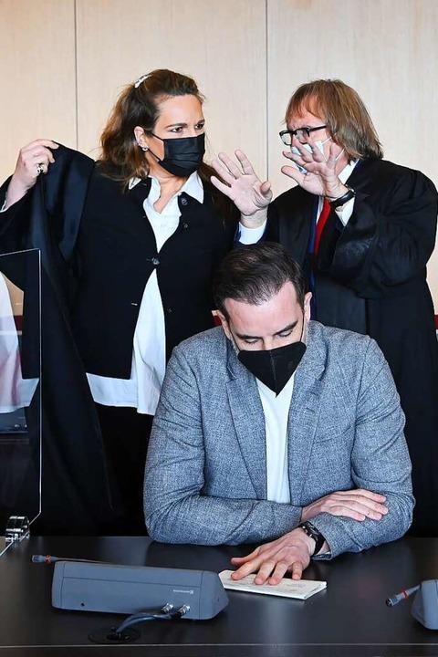 Der angeklagte Christoph Metzelder (Mi...nden, Julia Donnepp und Ulrich Sommer.  | Foto: Federico Gambarini (dpa)