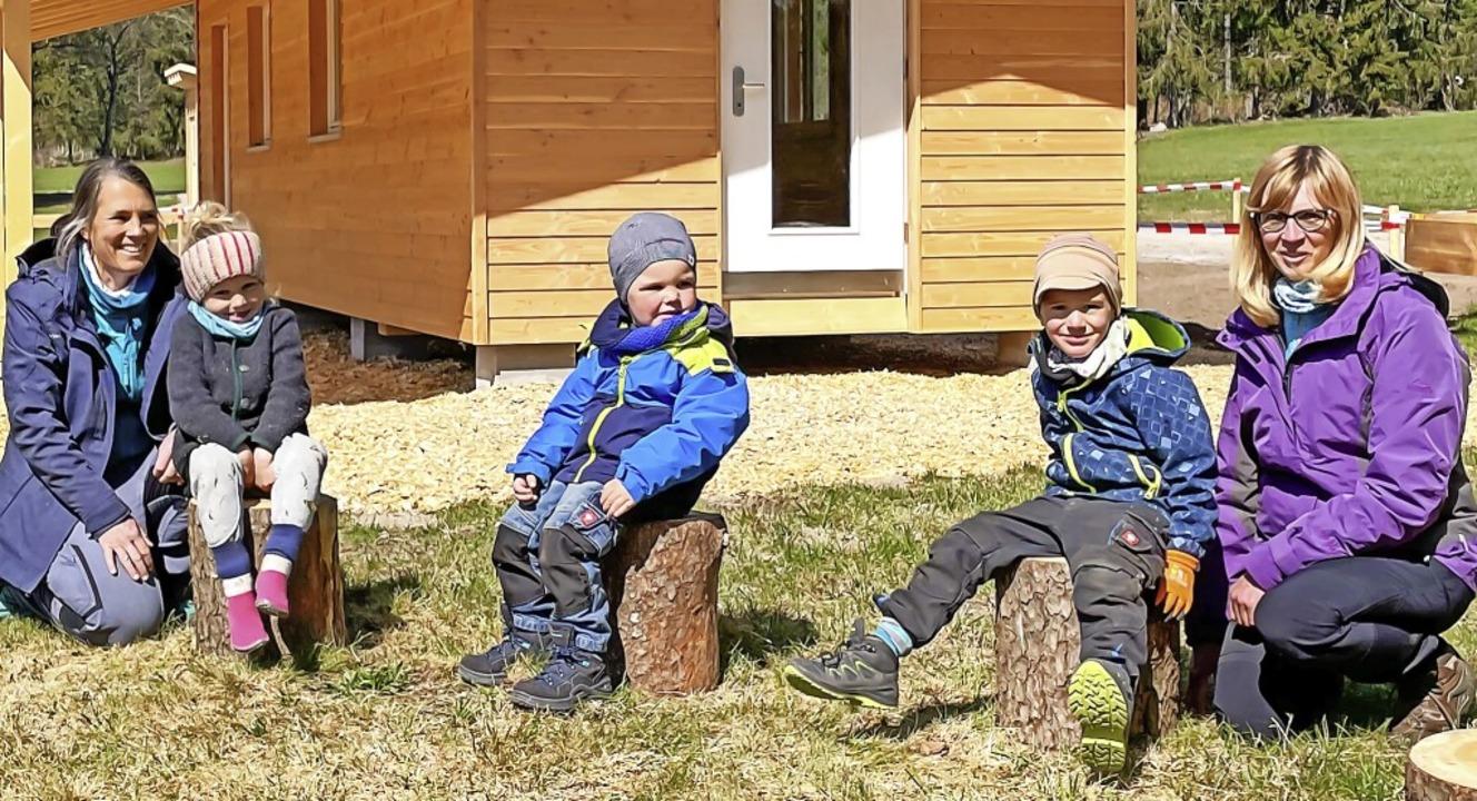 Die Erzieherinnen Jeanette Kaiser (lin...gen Domizil im neuen Waldkindergarten.  | Foto: Wilfried Dieckmann
