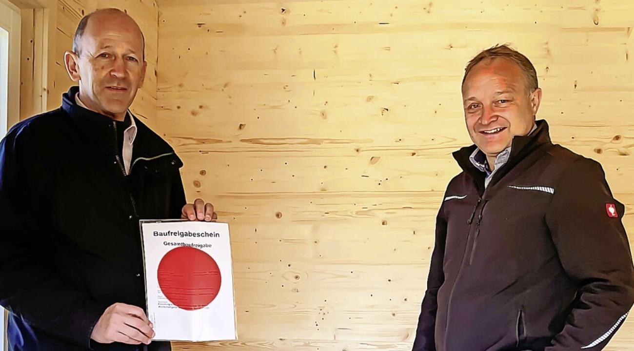Bürgermeister Christian Behringer (lin...ergarten nicht im Biotop gebaut wurde.  | Foto: Wilfried Dieckmann
