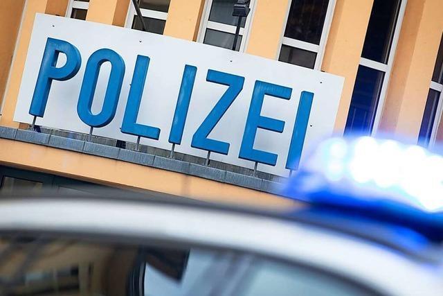 Ein Fahrer begeht Unfallflucht nach missglücktem Überholmanöver in Gundelfingen