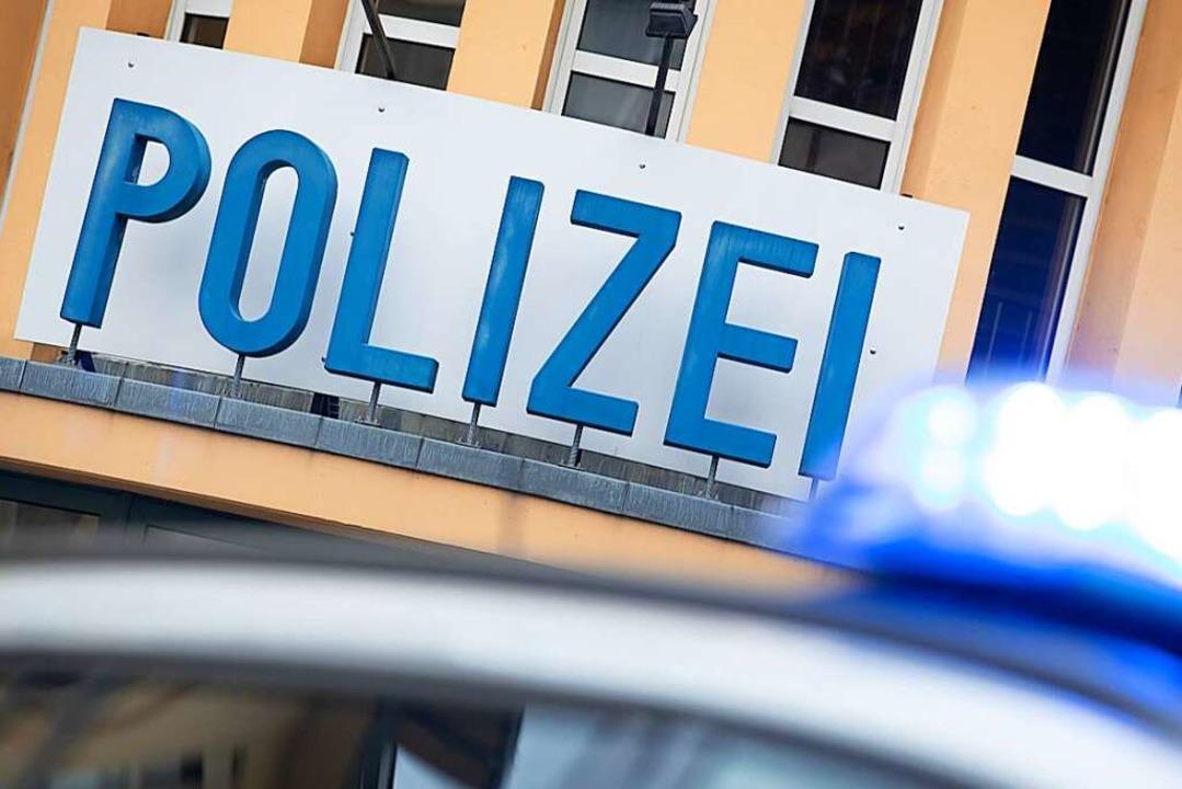 Die Polizei sucht Unfallzeugen nach einer Fahrerflucht.  | Foto: Friso Gentsch (dpa)