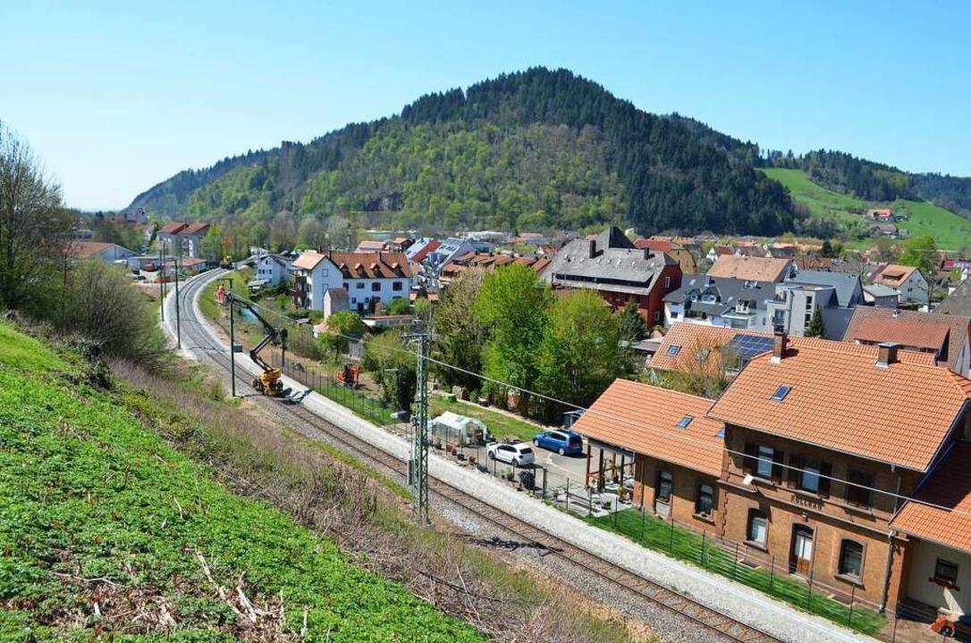 Am Kollnauer Bahnhof - wie auch im obe...tzte Lücken der Oberleitung schließen.  | Foto: Nikolaus Bayer