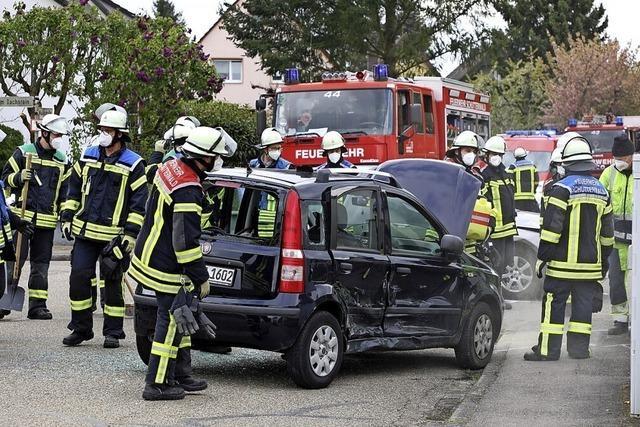 Fiat kippt durch Zusammenstoß um