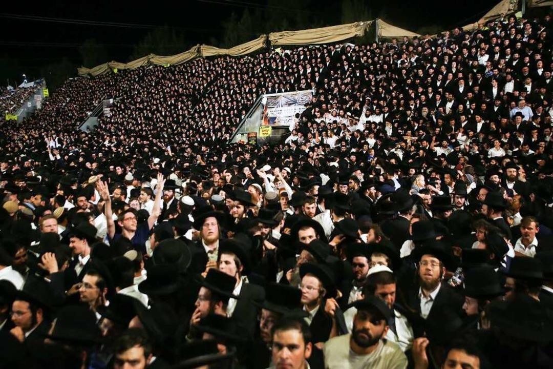 Gläubige haben sich  auf dem Berg Mero... dem Fest kam es zu einer Massenpanik.  | Foto: David Cohen (dpa)