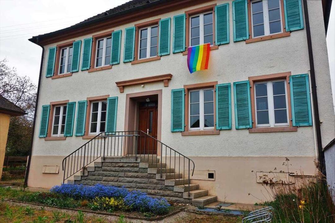 Auch am Eschbacher Pfarrhaus ist, von ... eine Regenbogenflagge gehisst worden.  | Foto: Helena Hiss