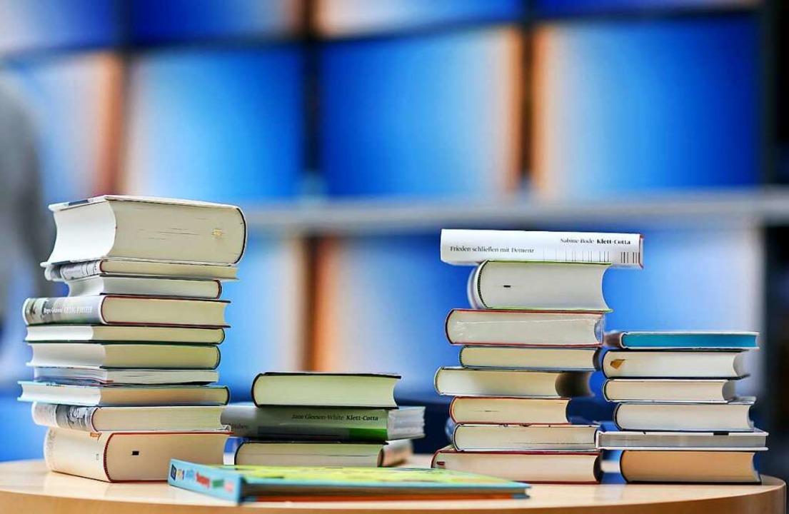 Das sind nicht die ungelesenen Bücher ...rs. Dessen Stapel sind deutlich höher.  | Foto: Jan Woitas (dpa)