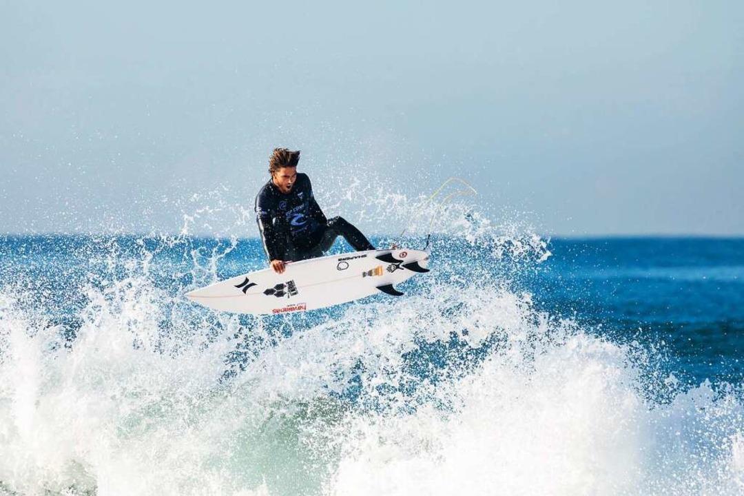 Der Surfer  Reef Heazlewood aus Austra...igt einen Sprung auf seinem Surfbrett.  | Foto: Cait Miers (dpa)