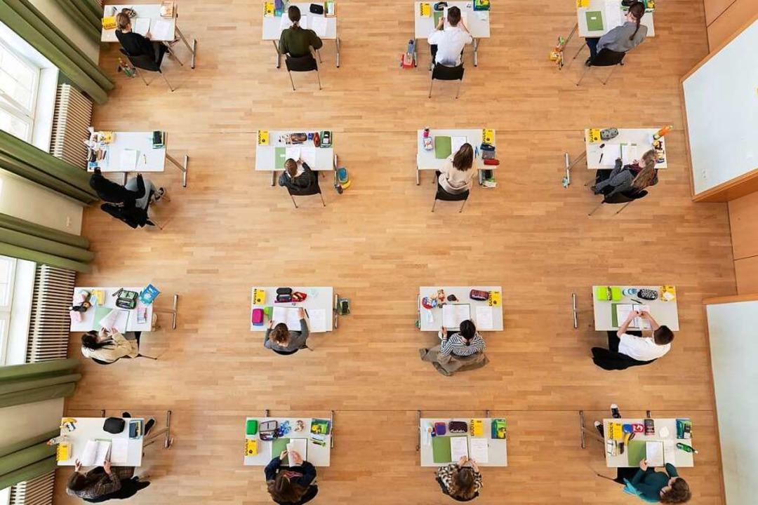 Schüler sitzen während der Abiturprüfu...logie in einer Aula auf ihren Plätzen.  | Foto: Sebastian Kahnert (dpa)