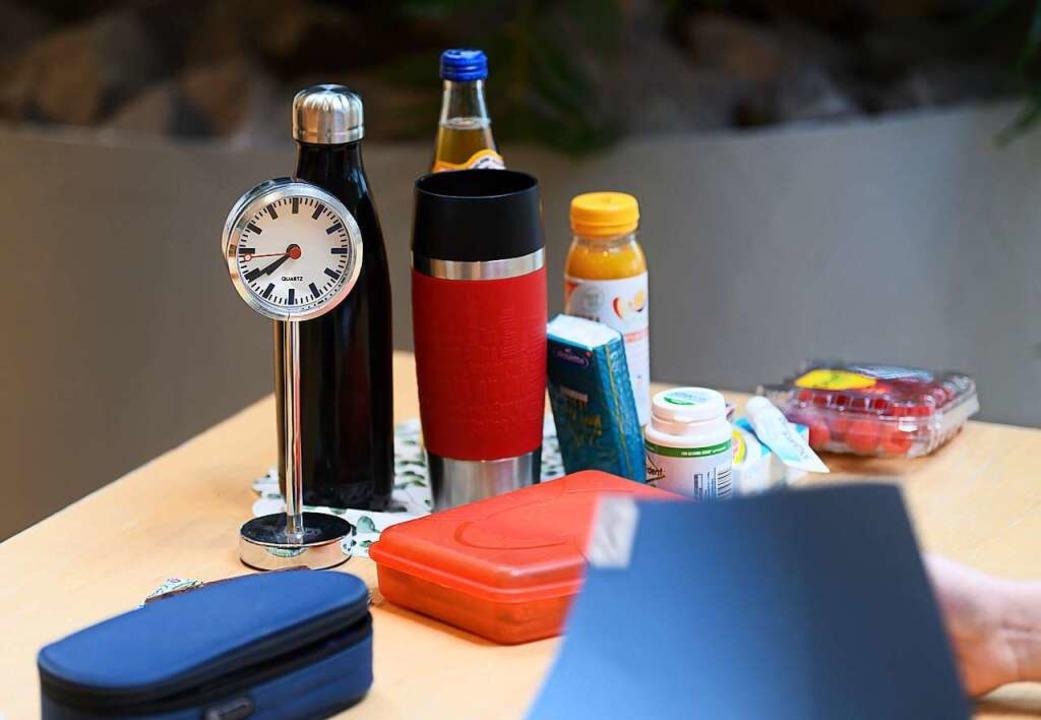Verpflegung und eine Uhr bei einer Abiturprüfung  | Foto: Robert Michael (dpa)