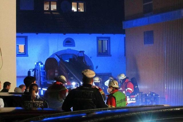 Feuerwehr und Kaminfeger löschen Kaminbrand in Egringen