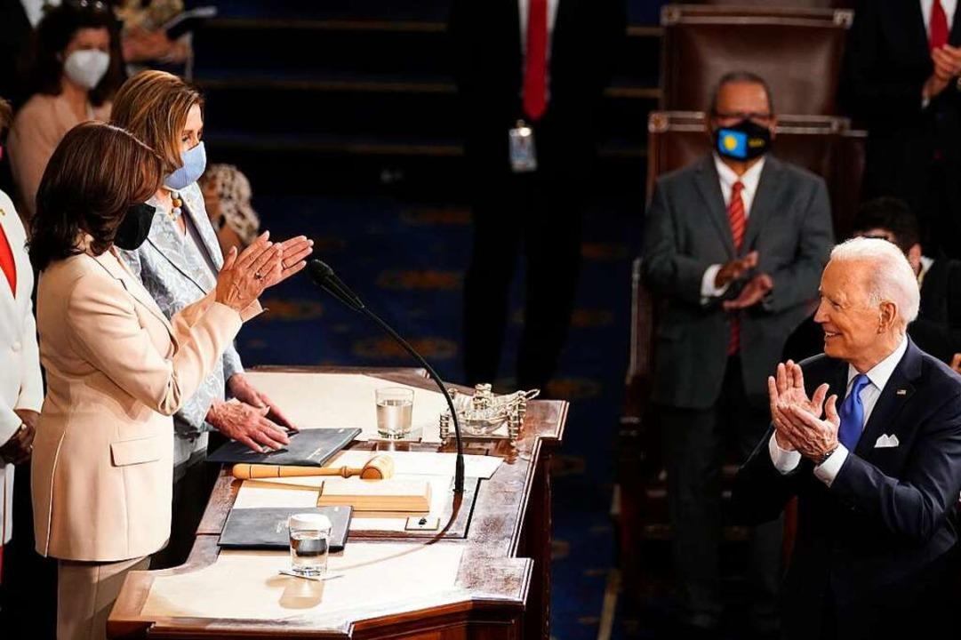 US-Präsident Joe Biden dreht sich währ...seit dem Zweiten Weltkrieg bezeichnet.  | Foto: Andrew Harnik (dpa)