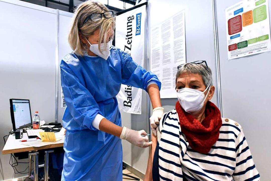 In Impfraum 05 wird Barbara Dietsche (re.) von Ärztin Petra Hederer geimpft.    Foto: Thomas Kunz
