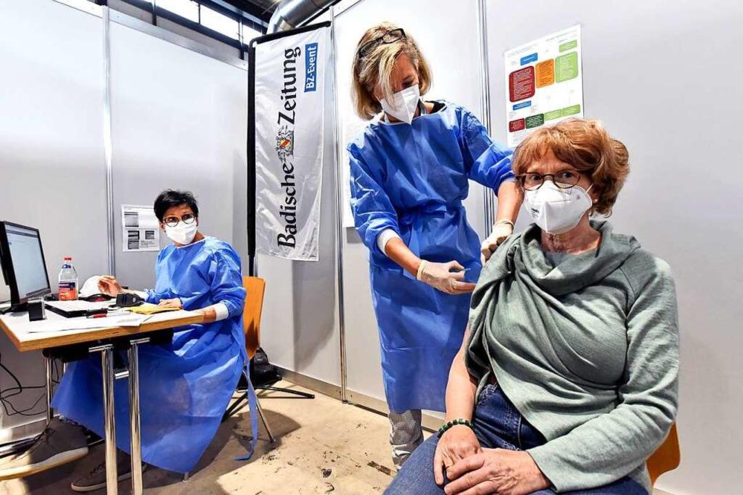 Marion Förschler (re.) wird von Ärztin Petra Hederer geimpft.    Foto: Thomas Kunz
