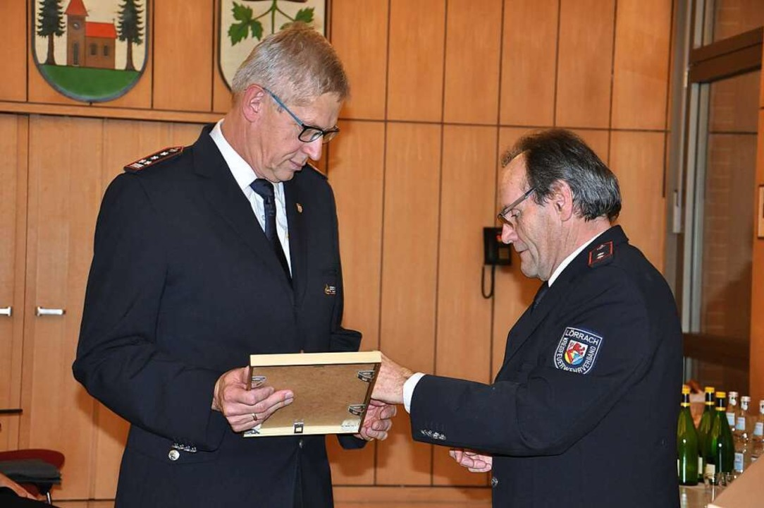 2019 wurde  Günter Lenke (links)  für ...Spitze der Kanderner Feuerwehr geehrt.  | Foto: Jutta Schütz