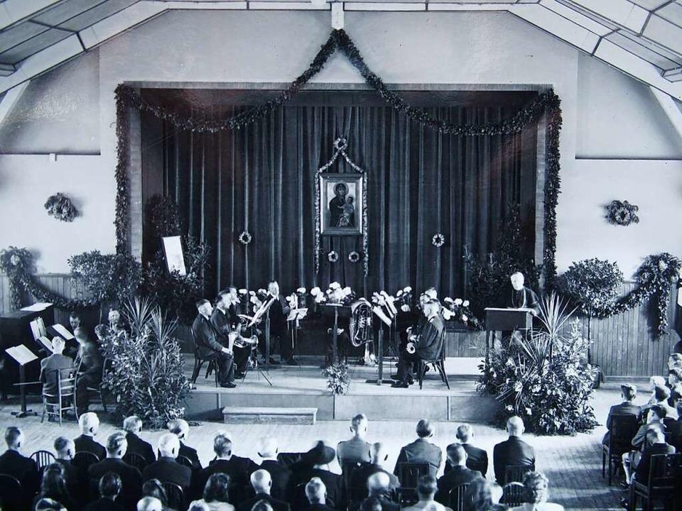 Wiedereröffnungsfeier Pfingsten 1946 i...stlichen Innenhof hinter Franzosenbau.  | Foto: Repro Thomas Mutter