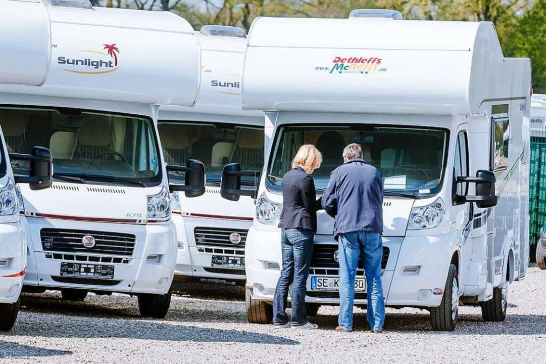 Für die Übergabe beim Caravan-Verleih sollte man sich Zeit nehmen.  | Foto: Markus Scholz (dpa)