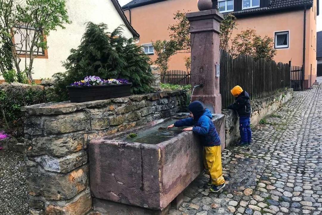 Der Bollinger Brunnen in der Talhauserstraße lädt zum Plantschen ein.  | Foto: Lothar Brüstle