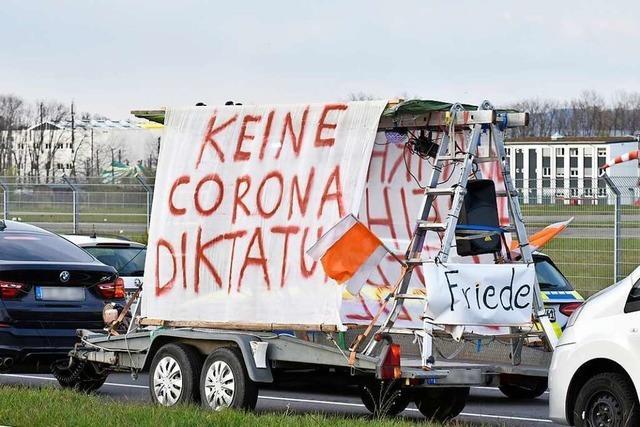 Freiburg verbietet Querdenker-Frühstück auf Klappstühlen