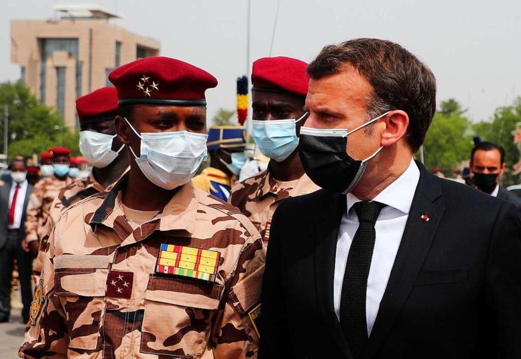 Frankreichs Präsident Emmanuel Macron,...enten Deby, kommt zum Staatsbegräbnis.  | Foto: Christophe Petit Tesson (dpa)