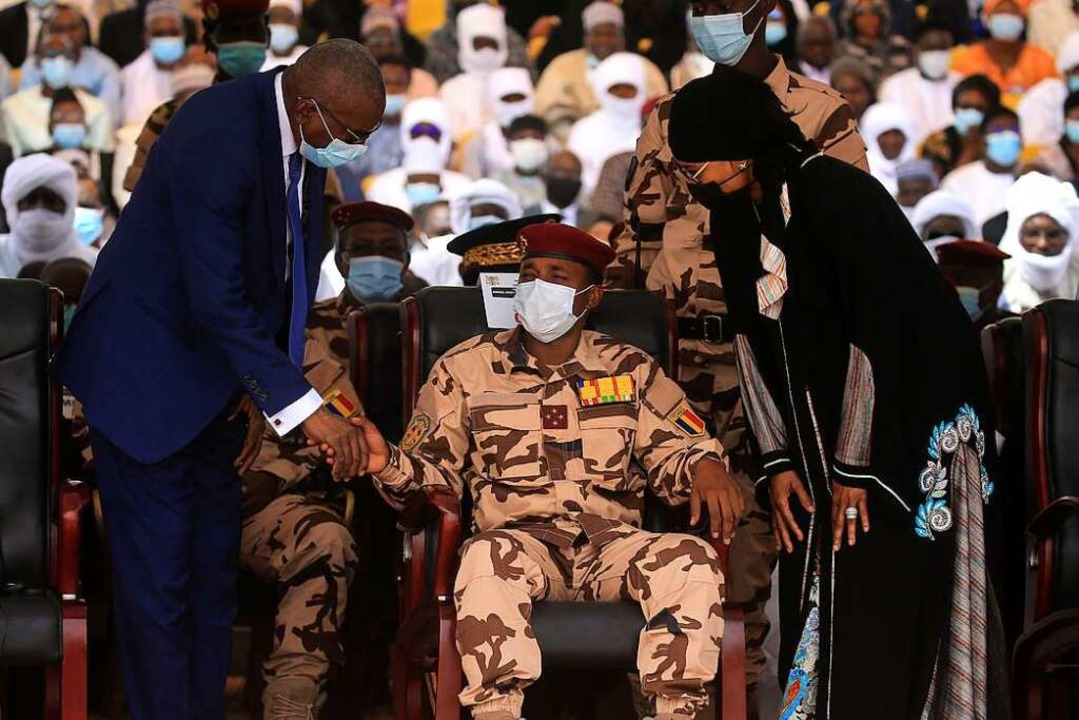 General Mahamat Idriss Deby (Mitte), S...y, beim Staatsbegräbnis seines Vaters.  | Foto: Christophe Petit Tesson (dpa)