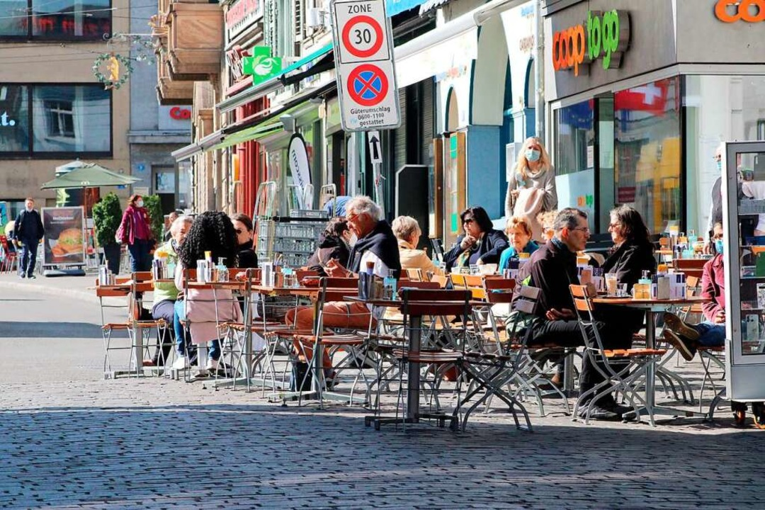 Szenen, wie es sie derzeit in Südbaden...el an den Tischen vor einer Brasserie.  | Foto: Annika Sindlinger