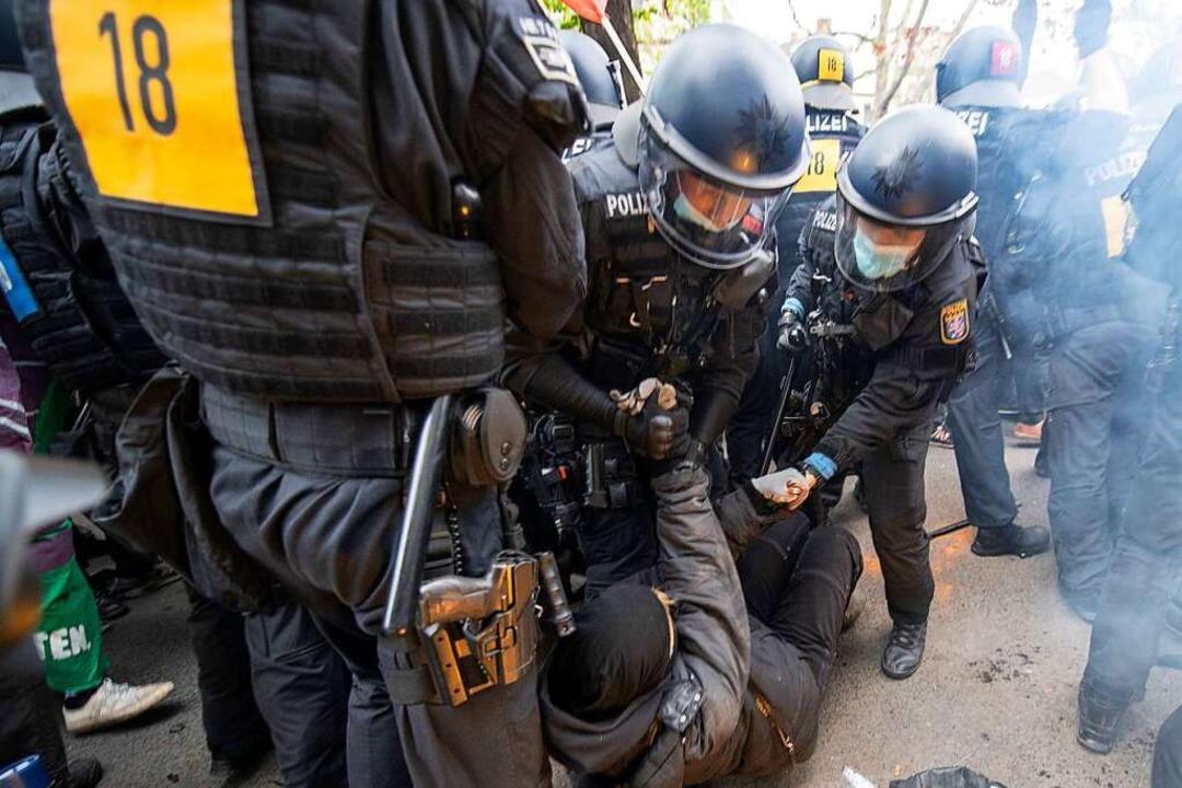 Polizisten gehen gegen Demonstranten zu Werk.  | Foto: Boris Roessler (dpa)