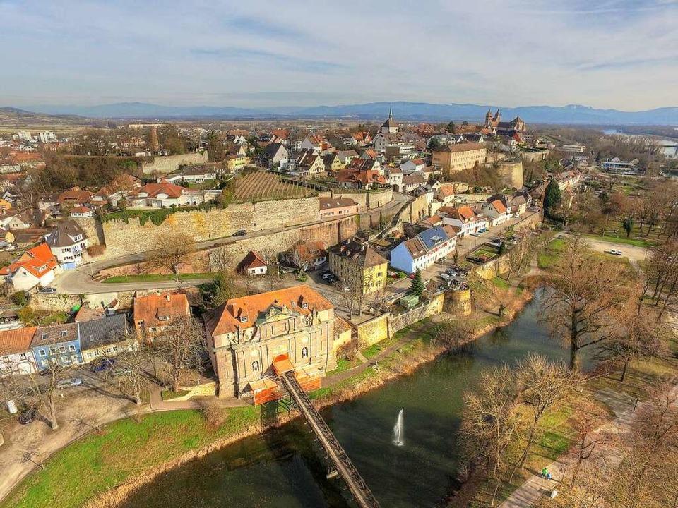 Das Rheintor von Vauban diente schon a...nweiher; früher floss hier  der Rhein.  | Foto: Matthias Weniger