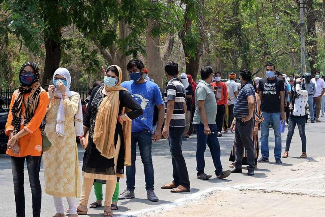 Junge Menschen stehen in einer Schlang...fs am Moti Lal Neharu Medical College.  | Foto: Prabhat Kumar Verma (dpa)