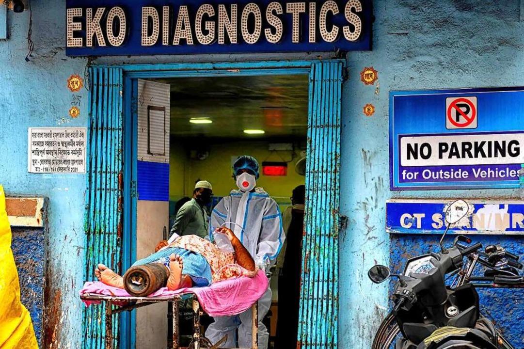 Ein Covid-Patient wird für einen CT-Sc... das EKO-Diagnostics-Zentrum gebracht.  | Foto: Avishek Das (dpa)